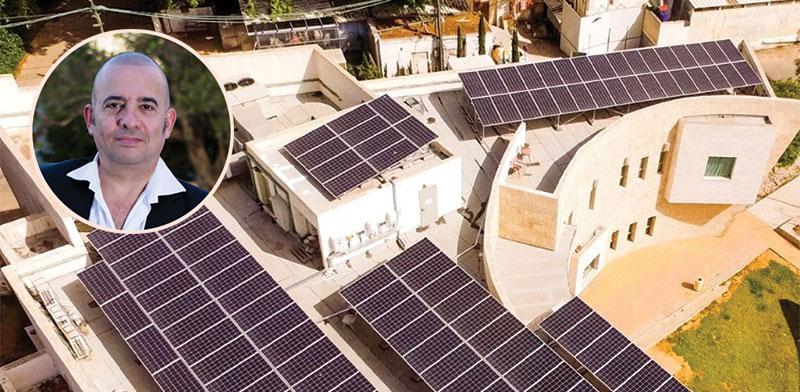 גגות החווה הסולארית, בעיגול: הדר גולדמן / צילום: שלומי יוסף, גלובס
