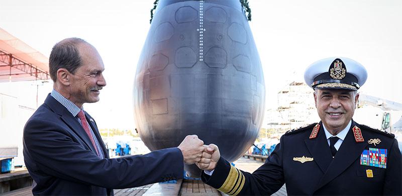 """מנכ""""ל TKMS רולף וירץ ומפקד הצי המצרי חאלד חסאן בטקס מסירת הצוללת בספטמבר השנה / צילום: רויטרס"""