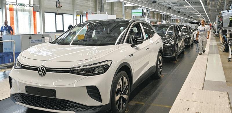 מפעל מכוניות חשמליות בגרמניה. במערב אירופה נמכרו השנה מעל 400 אלף חשמליות / צילום: Matthias Rietschel, רויטרס