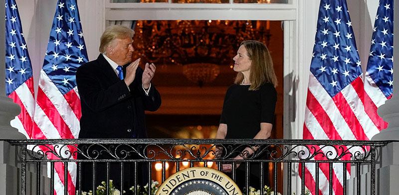 הנשיא טראמפ ושופטת העליון החדשה, איימי קוני בארט, לאחר השבעתה ביום שני בבית הלבן / צילום: Alex Brandon, Associated Press