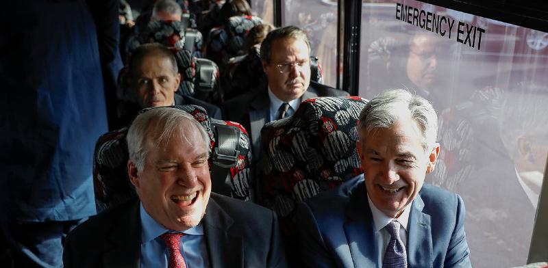 """ג'רום פאואל, יו""""ר הפדרל ריזרב (מימין), ואריק רוזנגרן, נשיא הבנק הפדרלי של בוסטון  / צילום: Brendan McDermid, רויטרס"""
