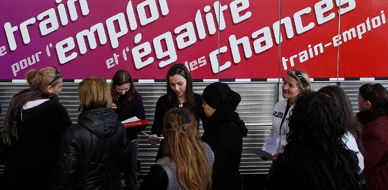 מבקשי משרה ממתינים בתור לראיון עבודה בתחנת הרכבת של מרסיי, צרפת  / צילום: Jean-Paul Pelissier, רויטרס