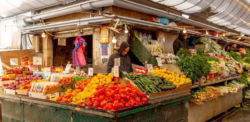 דוכן ירקות בשוק מחנה יהודה בירושלים / צילום: shutterstock, שאטרסטוק
