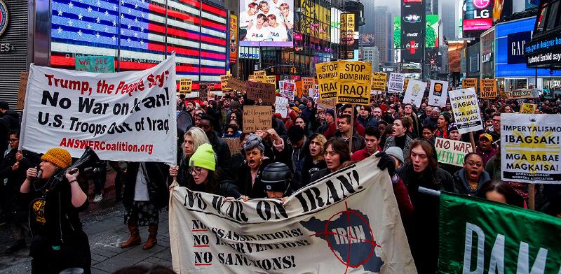 אמריקאים מפגינים בטיימס סקוור בניו יורק נגד מלחמה עם איראן / צילום: Eduardo Munoz, רויטרס