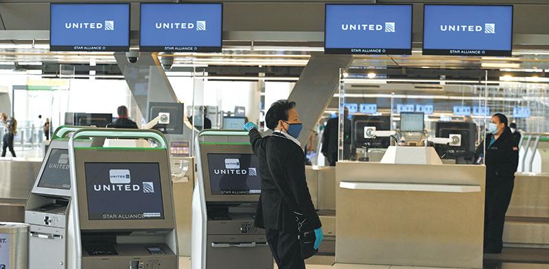 דלפק נוסעים של יונייטד איירליינס בנמל התעופה לה גוארדיה בניו יורק בתחילת אוקטובר / צילום: Anthony Behar, רויטרס