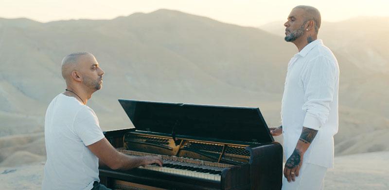 אייל גולן נשאר בעמדתו ומאלץ את שותפיו לבחור צד. הזמר לצד עידן רייכל בקליפ החדש / צילום: מתוך יוטיוב