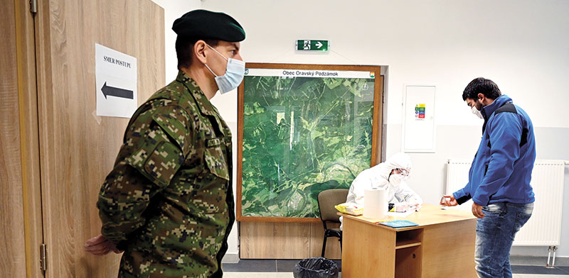 בדיקות קורונה בסלובקיה בסוף השבוע. בונוס לעובדי הבריאות וגיוס של הצבא / צילום: RADOVAN STOKLASA, רויטרס