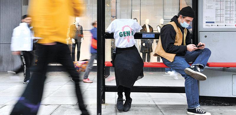 קמפיין Gen M בלונדון להגברת  המודעות לגיל המעבר. פסלים שמציגים נשים שקופות / צילום: רויטרס