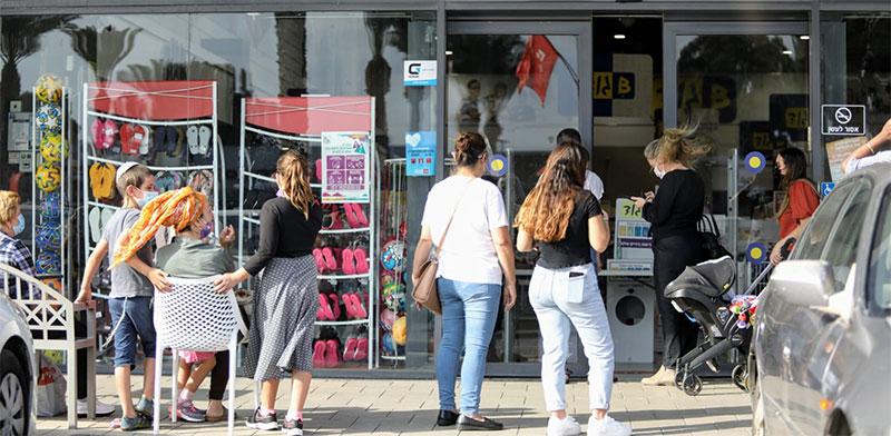 תור לחנות Bגוד במרכז ביג בפרדס חנה / צילום: שלומי יוסף, גלובס