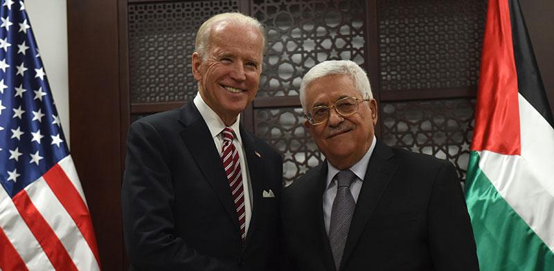 "ביידן פוגש את אבו־מאזן ב־2016, כשעוד היה סגן נשיא ארה""ב / צילום: Debbie Hill, Associated Press"