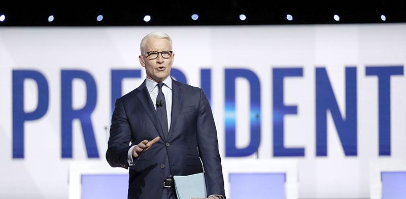 הפרשן הבכיר אנדרסון קופר באולפן הבחירות של CNN / צילום: John Minchillo, Associated Press
