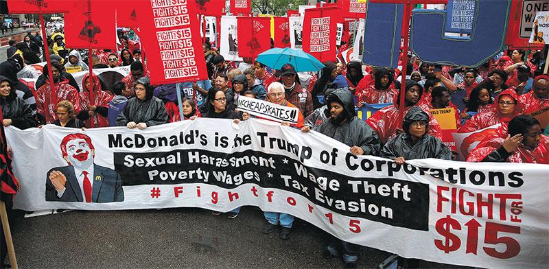 עובדי מקדונלד'ס ועובדי שכר מינימום אחרים מפגינים בעד העלאת שכר המינימום בשיקגו / צילום: Frank Polich, רויטרס