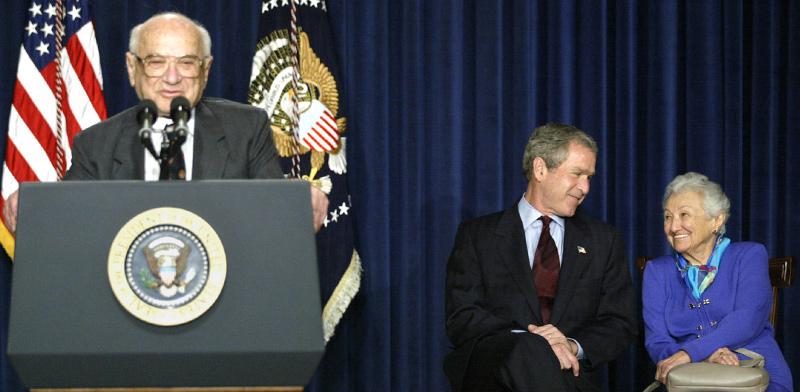 מילטון פרידמן מדבר בזמן שאשתו רוז משוחחת עם הנשיא ג'ורג' בוש הבן / צילום: רויטרס