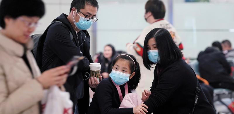 משפחה בנמל תעופה בשנגחאי  / צילום: Aly Song, רויטרס