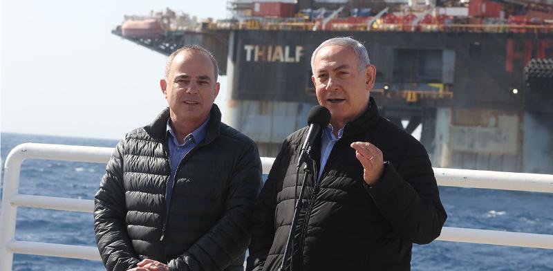 בנימין נתניהו ויובל שטייניץ על אסדת הגז / צילום: מארק ישראל סלם - ג'רוזלם פוסט