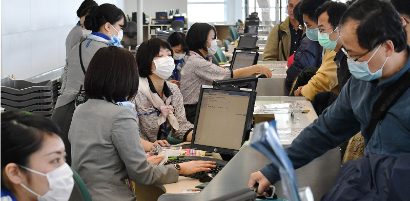 Airport workers in masks against coronavirus  / Photo: Reuters