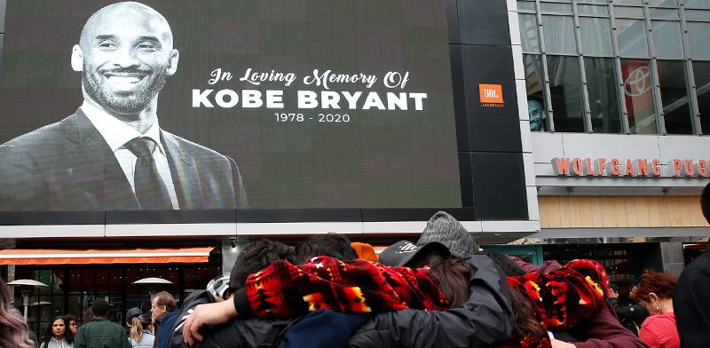 מתאבלים על מותו של קובי ברייאנט מחוץ לאולם הביתי של קבוצת הלייקרס בלוס אנג'לס / צילום: MONICA ALMEIDA, רויטרס