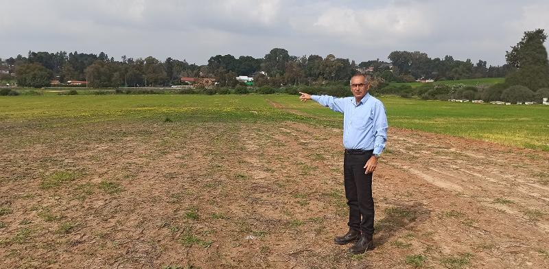 """ראש המועצה האזורית ברנר, דורון שידלוב, בשטח המיועד להקמת המפעל / צילום: יח""""צ"""