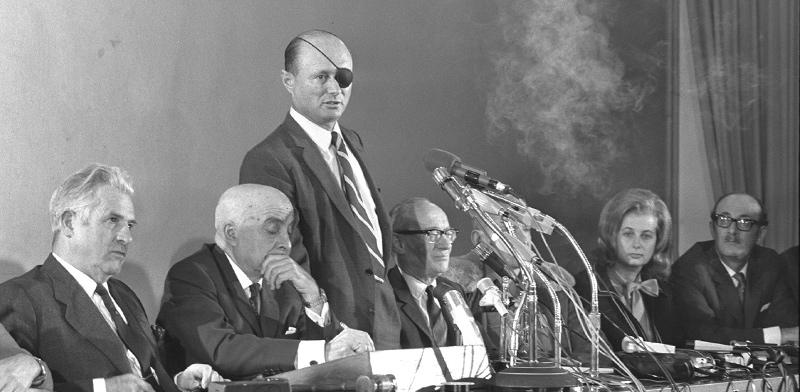 """משה דיין נואם בפני ועדת העורכים / צילום: לע""""מ"""