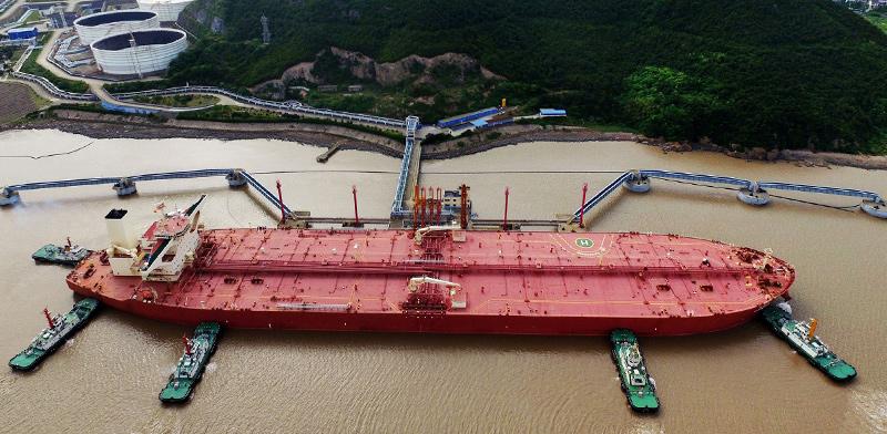 מיכלית נפט בנמל נינגבו־זוהושן שבסין / צילום: China Stringer Network, Associated Press