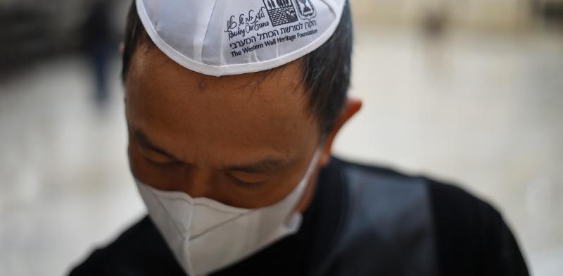 תפילה למען סין בעקבות התפרצות וירוס קורונה, בכותל המערבי בירושלים / צילום: Ariel Schalit, Associated Press