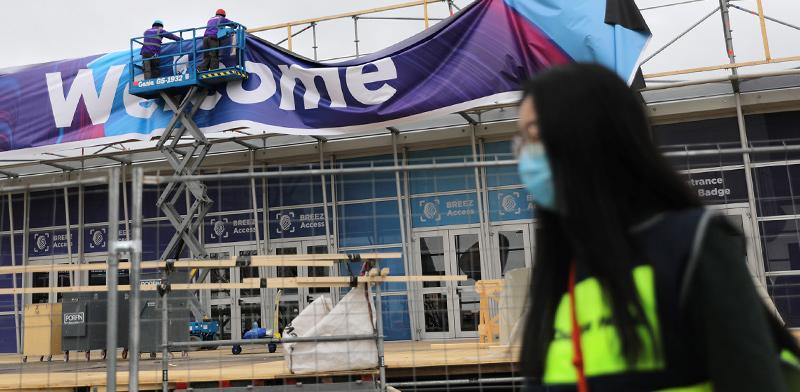 עובדים מפרקים את השלטים של כנס המובייל בברצלונה שהתבטל בגלל וירוס הקורונה / צילום: Nacho Doce, רויטרס