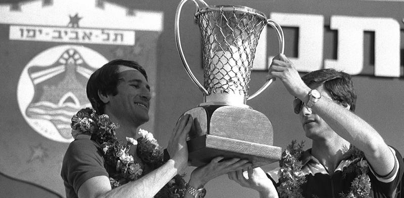 """טל ברודי ומיקי ברקוביץ' מניפים את גביע אירופה בכדורסל / צילום: סער יעקב, לע""""מ"""