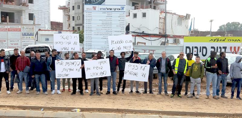 """הפגנת פועלים נגד דניה סיבוס בשהם: """"לא זזים עד שמשלמים"""" / צילום: תמונה פרטית"""