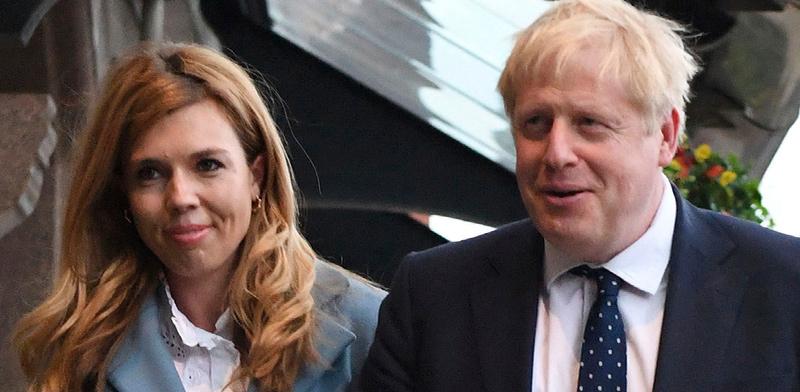 ראש ממשלת בריטניה בוריס ג'ונסון יחד עם בת זוגו קארי סימונדס / צילום: Stefan Rousseau, Associated Press
