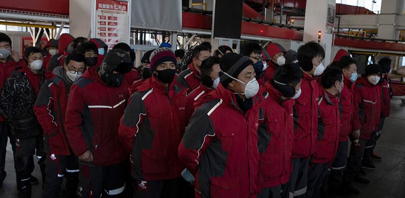 עובדי שירות משלוחים בסין נערכים לעבודה בימי הקורונה / צילום: Ng Han Guan, Associated Press