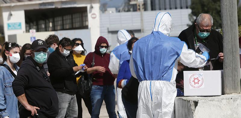 מגיעים להצביע באוהל המבודד לישראלים שיש סיכוי שנדבקו / צילום: Mahmoud Illean, Associated Press