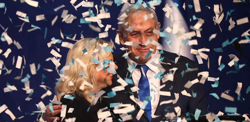 בנימין נתניהו עם אשתו שרה במטה הליכוד לאחר פרסום תוצאות המדגמים אמש / צילום: Oded Balilty, Associated Press