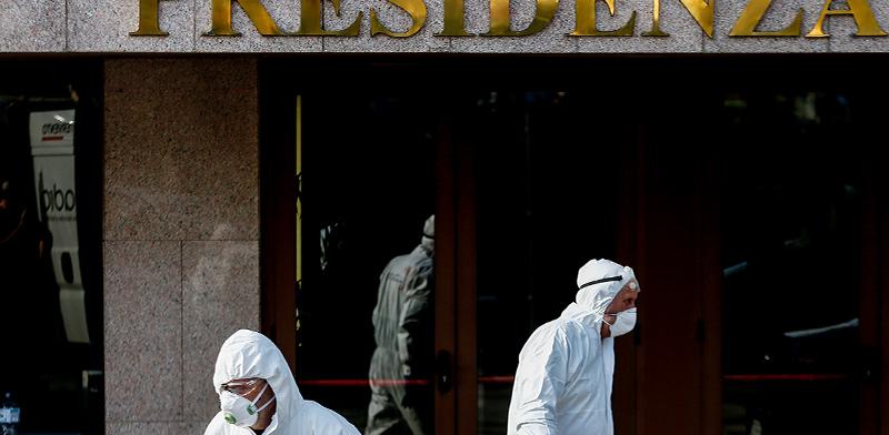 פעולות סטרליזציה של עובדי המדינה במבני ציבור באיטליה / צילום: ססיליה פביאנו, Associated Press