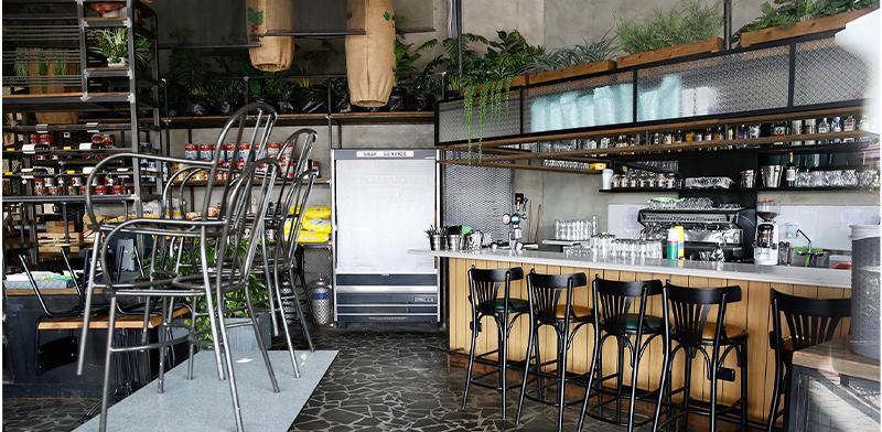 """מסעדה סגורה בישראל בהתאם להוראות משרד הבריאות. """"יש לאפשר לעובדים הזרים למשוך באופן מיידי את כספי הפיצויים"""" / צילום: Oded Balilty, Associated Press"""