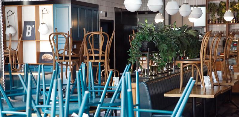 מסעדה סגורה בהתאם להוראות משרד הבריאות / צילום: Oded Balilty, Associated Press