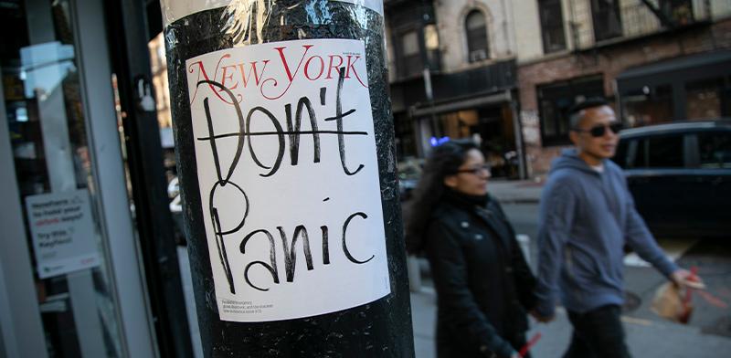 שלט מחוץ לחנות נוחות סגורה בניו יורק / צילום: Wong Maye-E, Associated Press