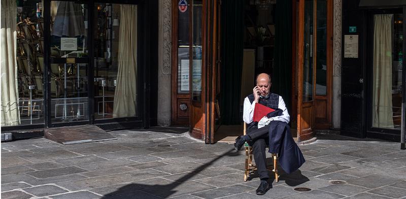 בתי קפה סגורים בצרפת לאחר שראש הממשלה הורה להשבתה כוללת / צילום: Rafael Yaghobzadeh, Associated Press
