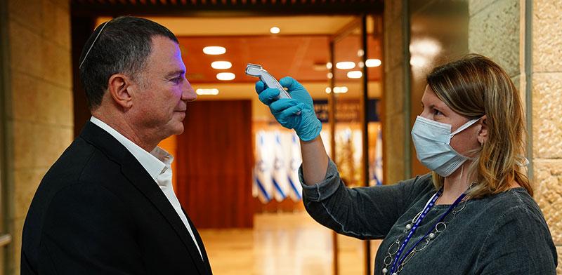 """יו""""ר הכנסת יולי אדלשטיין עובר בדיקת חום בכניסה למשכן הכנסת. הוא ונתניהו מורחים את הזמן / צילום: עדינה ולמן, דוברות הכנסת"""