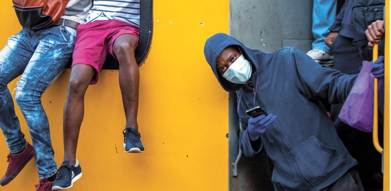 נוסעי רכבת באזורי העוני של סוֹוֶטוֹ בדרום אפריקה / צילום: Themba Hadebe , Associated Press