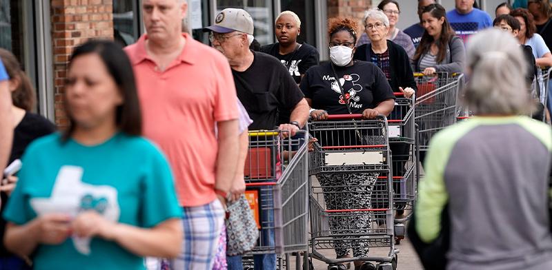 תור ענק מחוץ לסופרמרקט  בטקסס כדי להצטייד לעת חירום בצל הקורונה / צילום: David J. Phillip, Associated Press