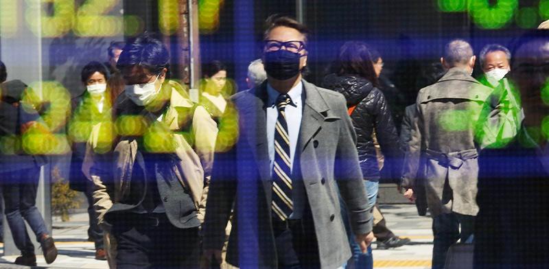 המדדים של בורסת טוקיו משתקפים על אחת החברות הכלכליות במרכז טוקיו / צילום: Koji Sasahara, Associated Press