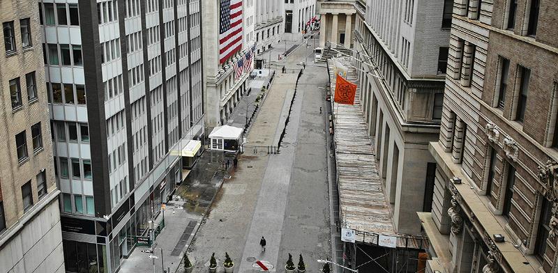 מרכז הסחר העולמי בוול סטריט, ניו יורק, העמוס בדרך כלל, שומם / צילום: John Minchillo, Associated Press
