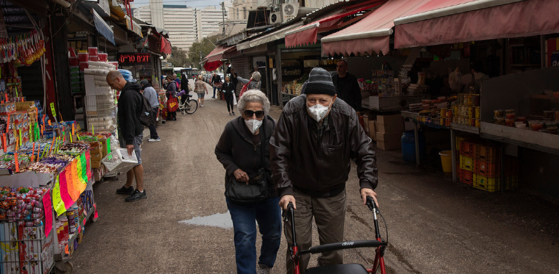 זוג קשישים בקניות בשוק / צילום: Oded Balilty, Associated Press