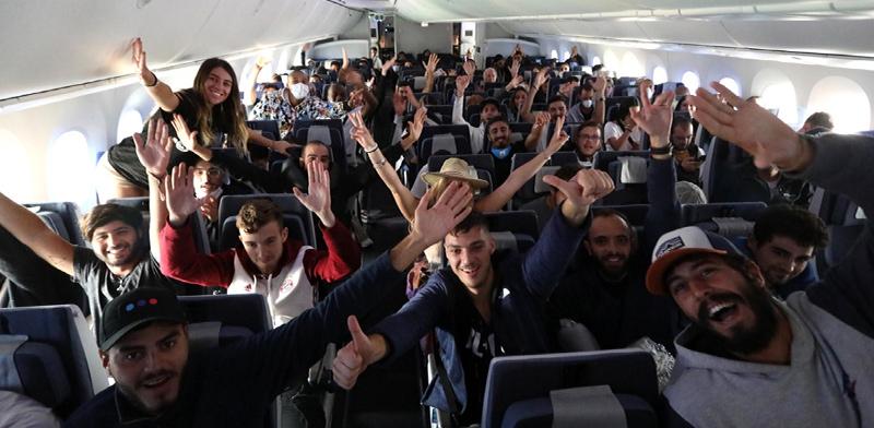הישראלים בטיסת אל על מפרו / צילום: סיון פרג'