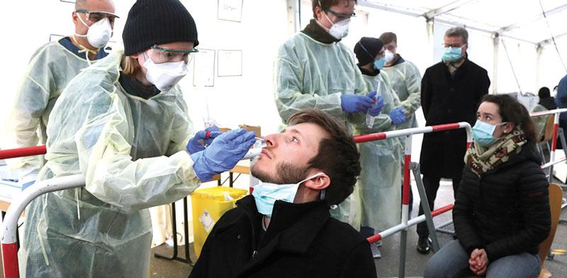 בדיקת קורונה במינכן, גרמניה / צילום: Matthias Schrader , Associated Press