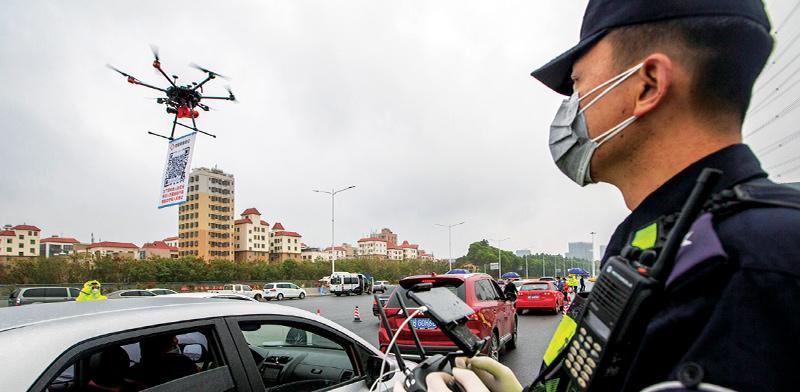 שוטר סיני מנווט רחפן כדי לפקח על האזרחים / צילום: Associated Press