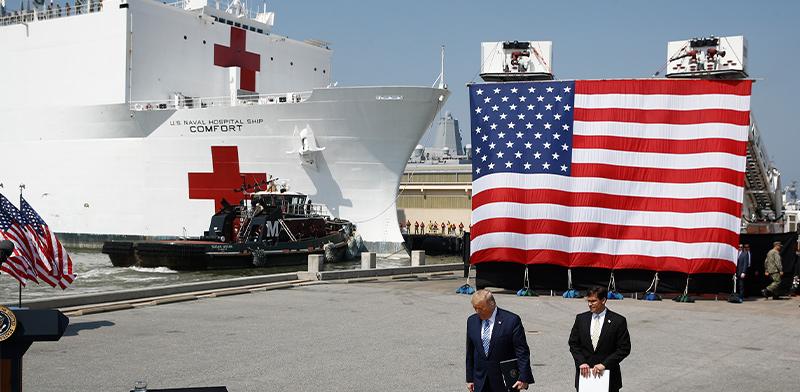 הנשיא דונלד טראמפ נפגש עם מזכיר ההגנה, מארק אספר, על ספינה שהוסבה לבית חולים צף / צילום: Patrick Semansky, Associated Press