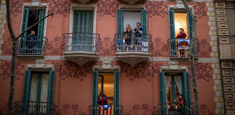 מבודדים בבתיהם בברצלונה יוצאים למרפסות להריע לצוותים הרפואיים / צילום: Emilio Morenatti, Associated Press