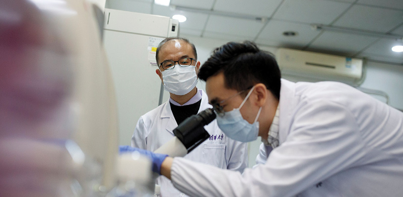 Coronavirus test in Chinese laboratory / Photo: Thomas Peter, Reuters, Reuters