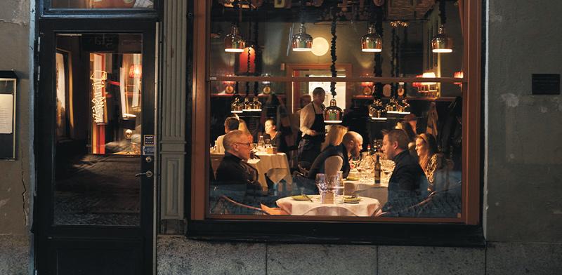 מסעדה בשטוקהולם, בשבוע שעבר. מותר להגיש רק לאנשים יושבים  / צילום: David Keyton, Associated Press